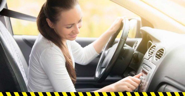 """Ser """"multitask"""" al volante, una práctica que suele terminar en un choque."""